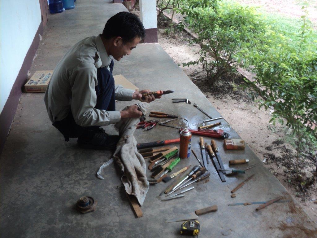 道具を整備する通訳ソム