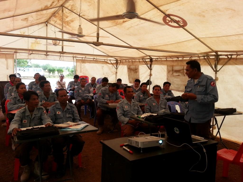 CBPD 機動小隊にランドリリースについて教育するプロッコム教官