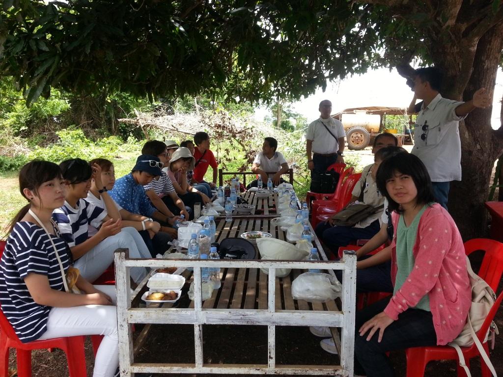 SVC 横浜国際高校生徒のSVCベースキャンプで昼食