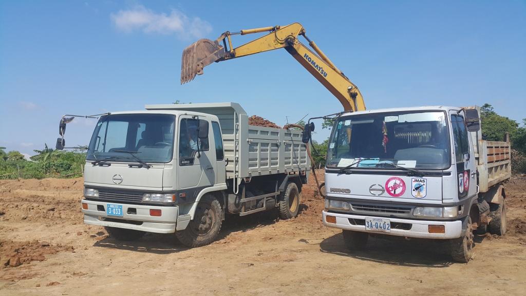 SVC 新旧2台のダンプトラックが稼働中