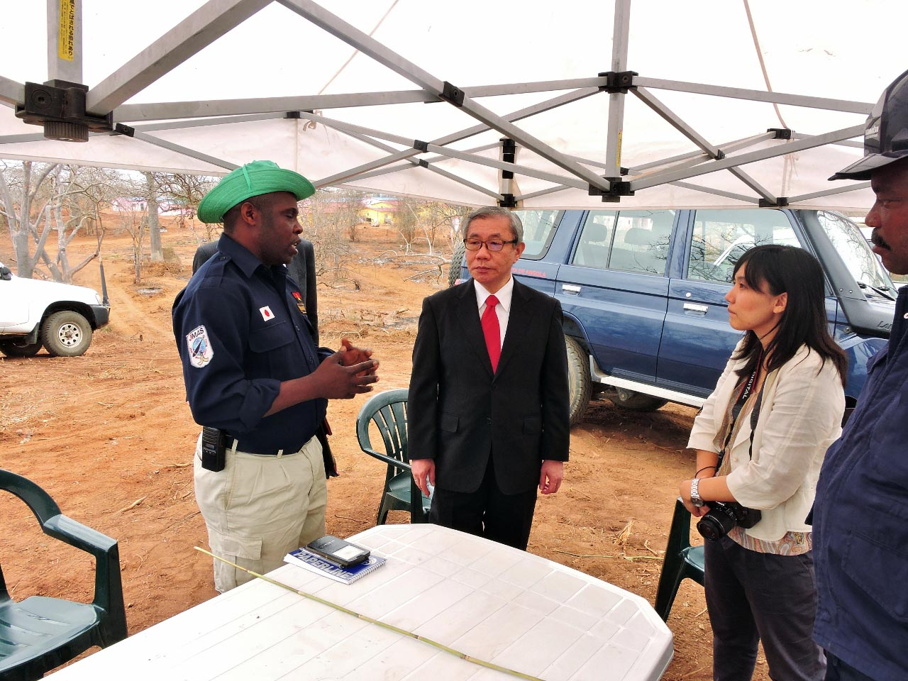 地雷処理地において説明を受け伊藤大使及び大使館職員