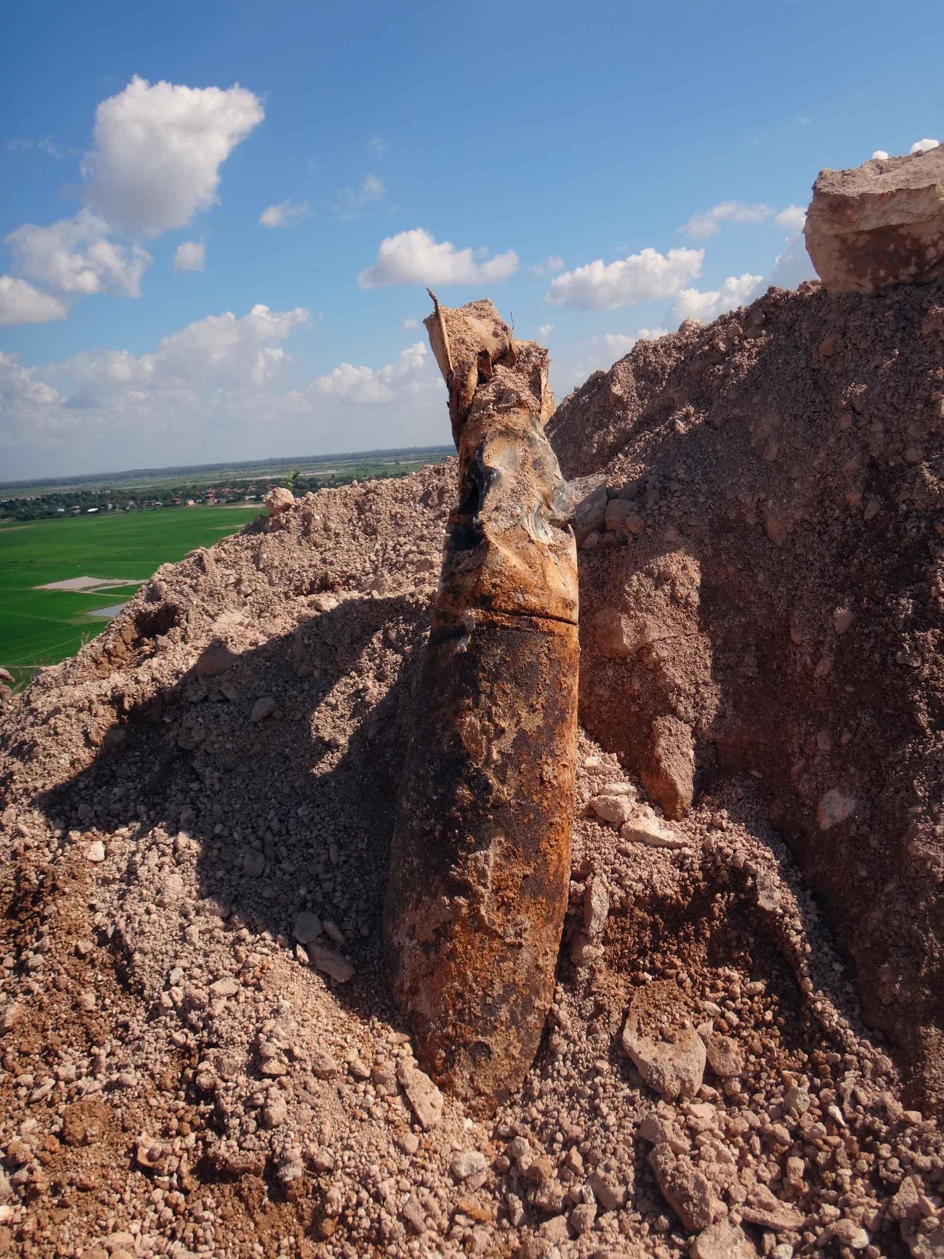 コンポンチャム州の砕石場で発見された米国製500ポンド爆弾