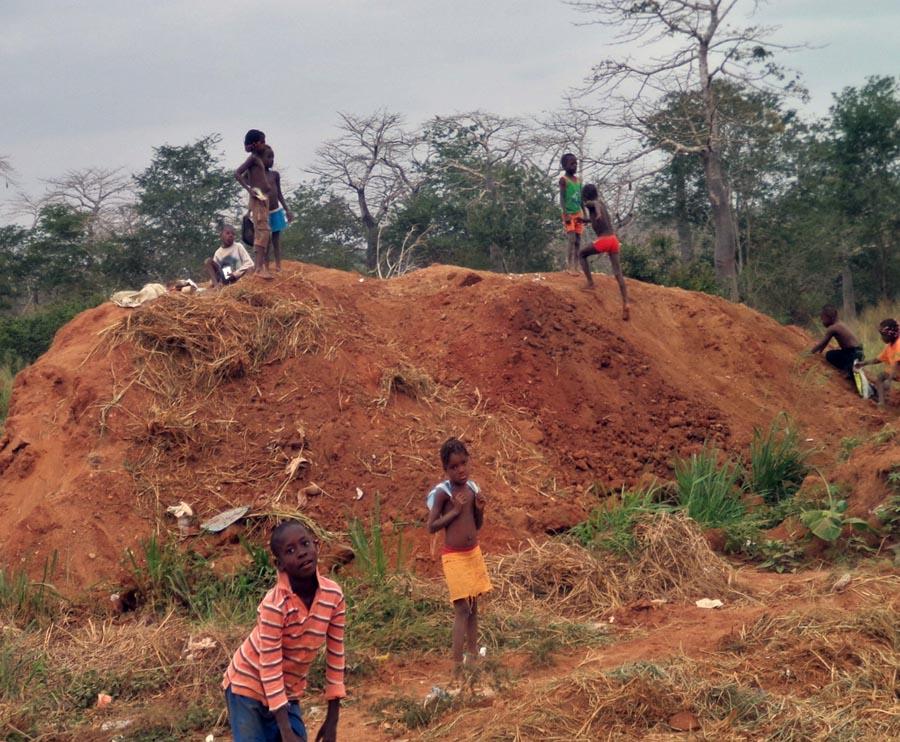 ゴミ穴の山で遊ぶ子供