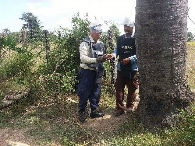 トレーニングチームに手榴弾の安全化指導