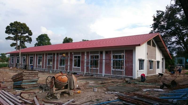 窓ガラスが設置された教場