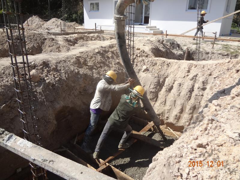 基礎へのコンクリート打設作業