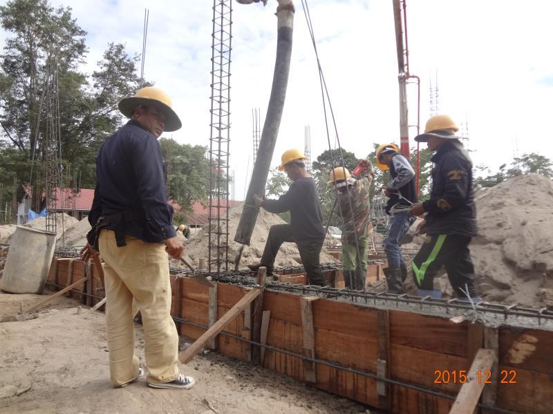 梁へコンクリートを入れる作業員