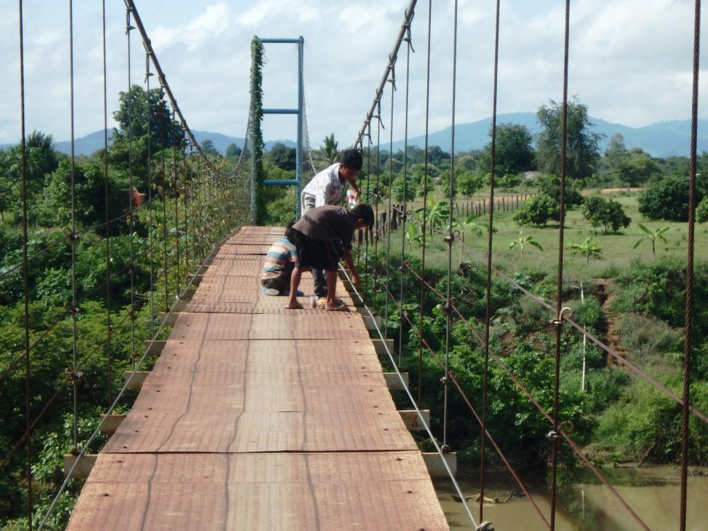CBPD 吊り橋上から魚釣りをする子供達
