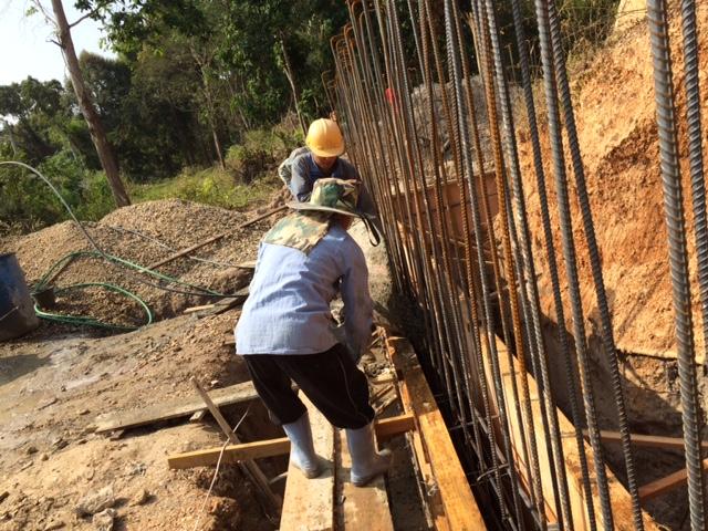 型枠にコンクリートを流し込む作業員