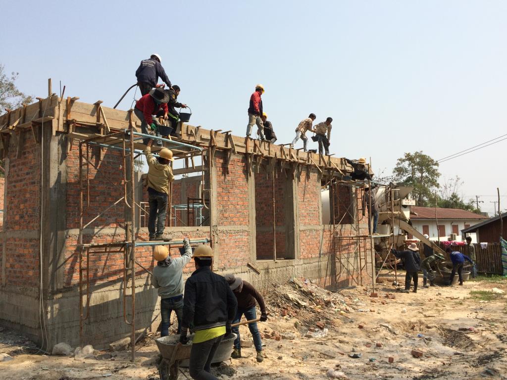 屋根の梁へのコンクリート打設